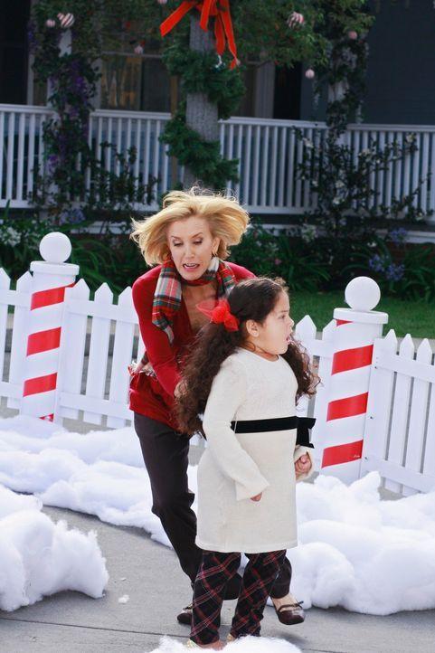 In der letzten Sekunde gelingt es der todesmutigen Lynette (Felicity Huffman, hinten), Celia (Daniella Baltodano, vorne) vor dem abstürzenden Flugze... - Bildquelle: ABC Studios