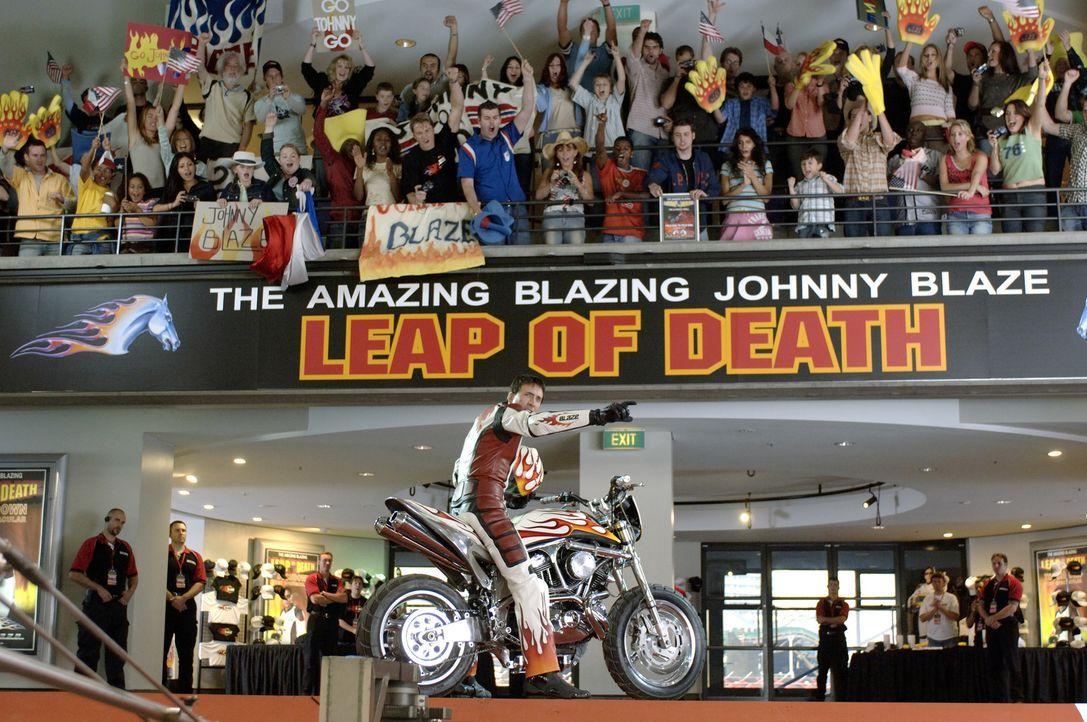 Als sein Vater im Sterben liegt, verkauft Johnny (Nicolas Cage, M.) seine Seele an den Teufel. Nun ist er gezwungen, Nacht für Nacht als Ghost Rider... - Bildquelle: 2007 CPT Holdings, Inc. All Rights Reserved. (Sony Pictures Television International)