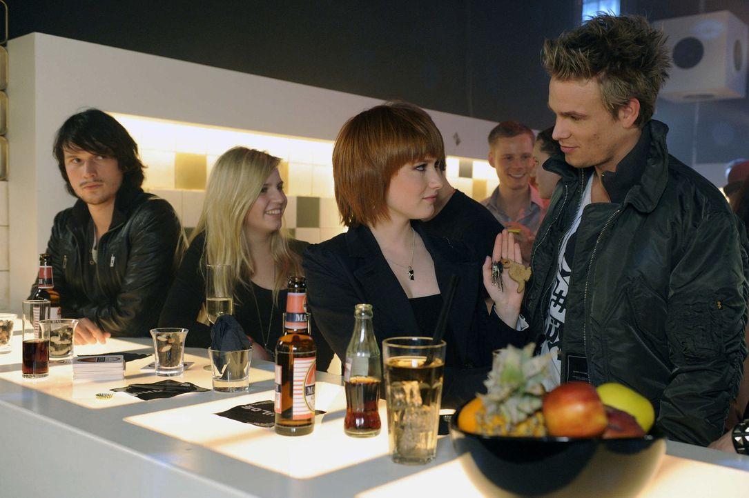 Wird alles rauskommen? Ben (Christopher Kohn, l.) Sophie (Franciska Friede, 3.v.l.) und Ronnie (Frederic Heidorn, r.) ... - Bildquelle: SAT.1