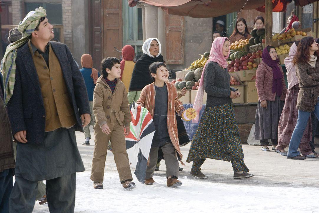 Amir (Zekiria Ebrahimi, l.) und Hassan (Ahmad Khan Mahmoodzada, r.) sind beste Freunde. Doch Hassan ist der Sohn eines Hausangestellten und würde f... - Bildquelle: 2007 DREAMWORKS LLC and KITE RUNNER HOLDINGS, LLC. All Rights Reserved.