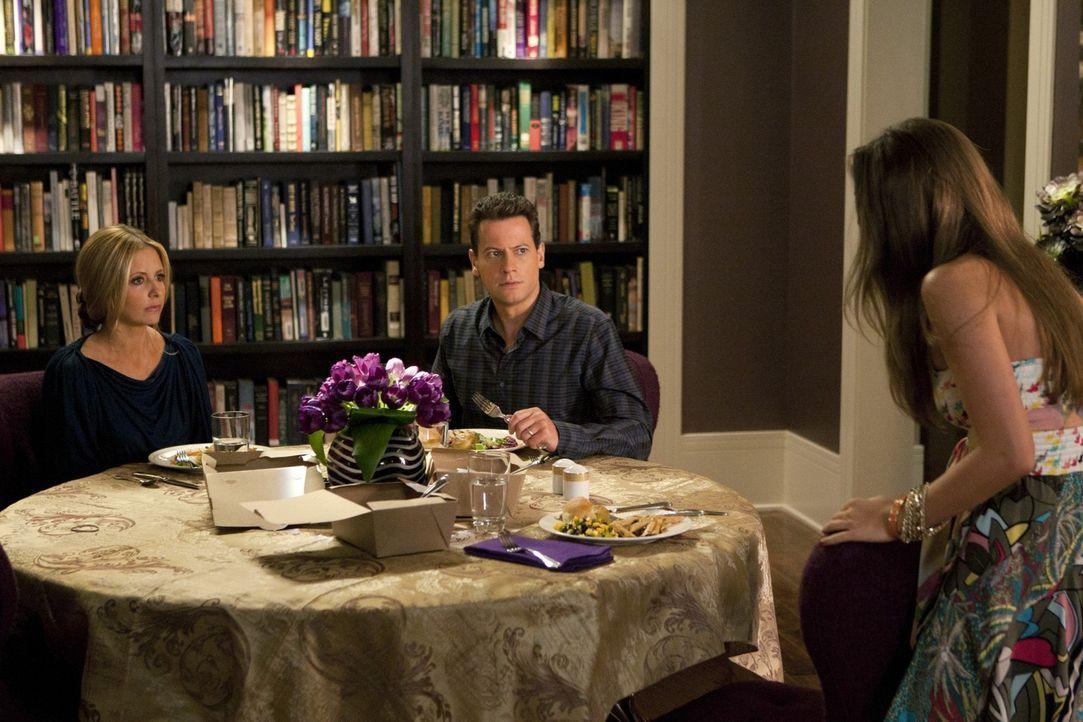 Ganz offensichtlich hat Juliet (Zoey Deutch, r.) ein Drogenproblem. Bridget (Sarah Michelle Gellar, l.) und Andrew (Ioan Gruffudd, r.) überlegen, w... - Bildquelle: 2011 THE CW NETWORK, LLC. ALL RIGHTS RESERVED