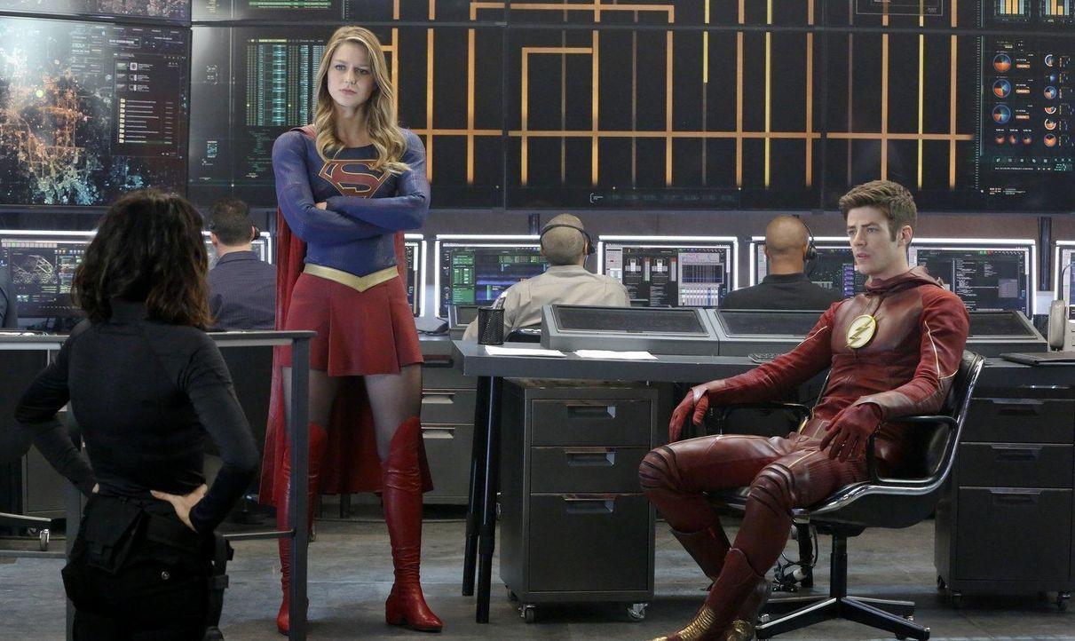 Supergirl (Melissa Benoist, M.) schließt eine Allianz mit Barry Allen alias the Flash  - Bildquelle: 2015 Warner Bros. Entertainment, Inc.