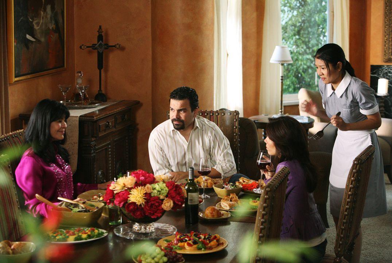 Gabrielles Mutter Lucia (Maria Conchita Alonso, l.) ist zu Besuch und als sie erfährt, dass Gabrielle (Eva Longoria, 2.v.r.) keine Kinder mehr bekom... - Bildquelle: 2005 Touchstone Television  All Rights Reserved