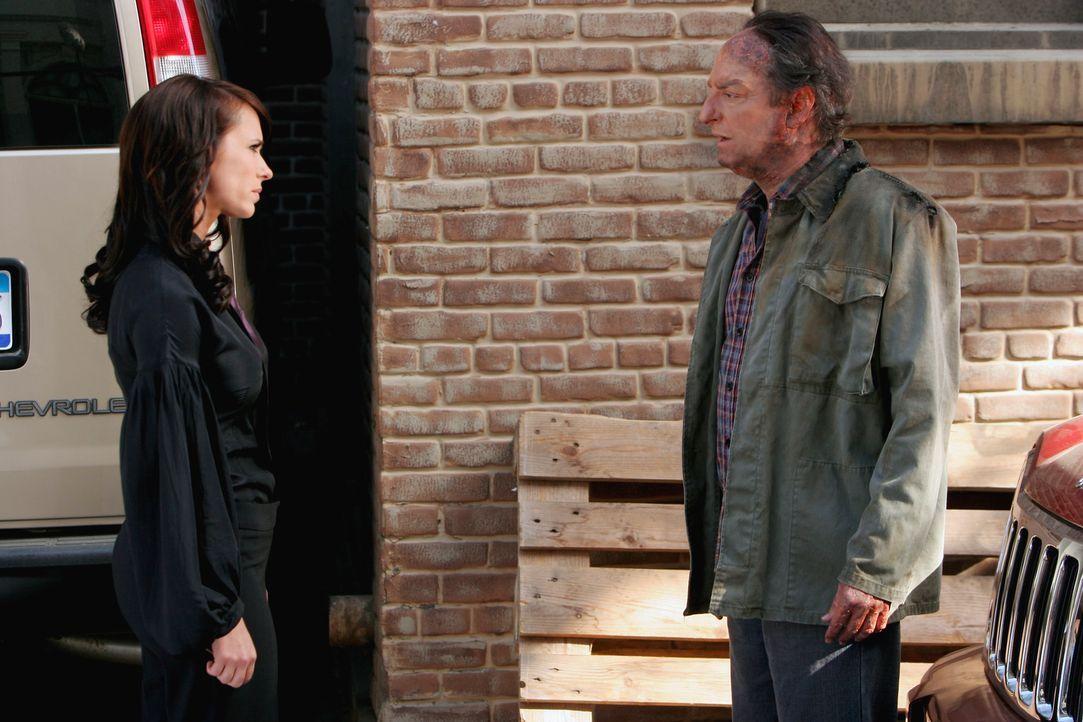 Der Geist von Adam Godfrey (David Paymer, r.) nimmt Kontakt zu Melinda (Jennifer Love Hewitt, l.) auf und bittet sie um Hilfe ... - Bildquelle: ABC Studios