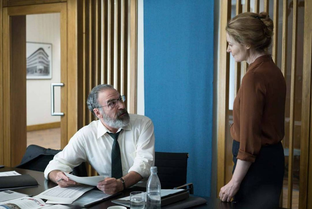 Ahnt Saul (Mandy Patinkin, l.) bereits, dass seine Freundin Allison (Miranda Otto, r.) ein falsches Spiel mit ihm spielt? - Bildquelle: Stephan Rabold 2015 Showtime Networks, Inc., a CBS Company. All rights reserved.