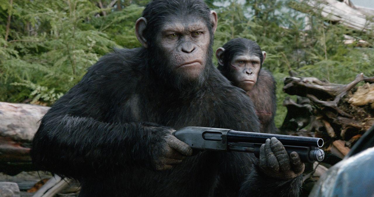 Als die überlebenden Menschen auf den Schimpansen Caesar (Andy Serkis, l.) und seine Kolonie stoßen, müssen sie schnell feststellen, dass auch die A... - Bildquelle: 2014 Twentieth Century Fox Film Corporation.  All rights reserved.