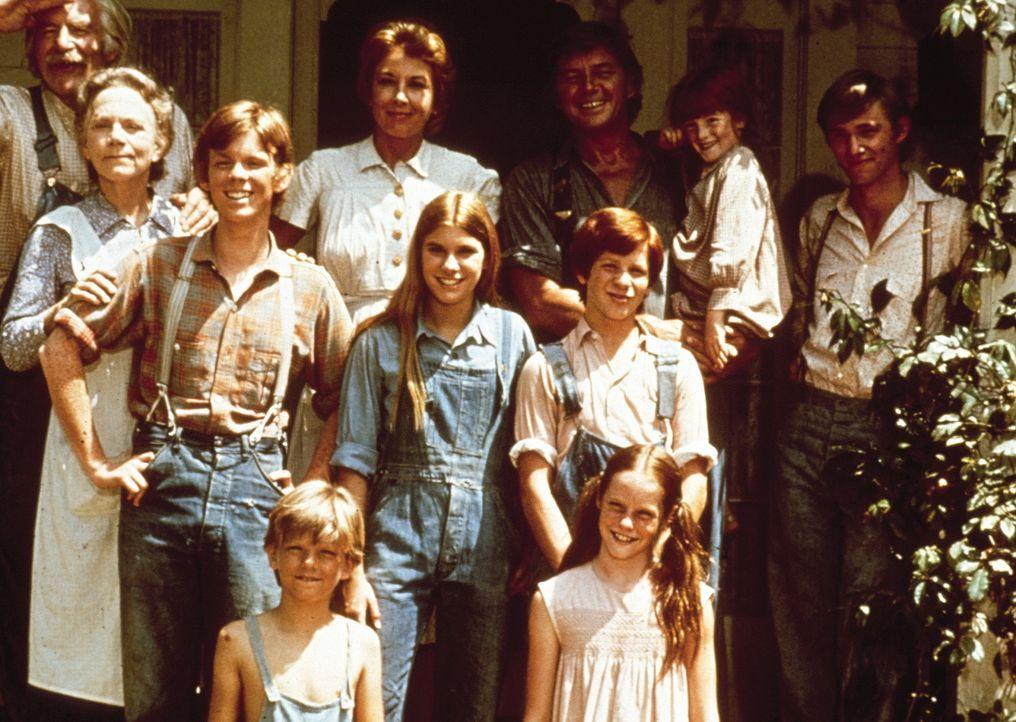 Der Walton-Clan: Großvater Sam (Will Geer, l.), Großmutter Ester (Ellen Corby, 2.v.l.), Olivia (Michael Learned, hinten 4.v.l.), John (Ralph Waite,... - Bildquelle: WARNER BROS. INTERNATIONAL TELEVISION