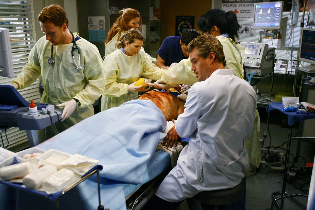 Ein Kampf auf Leben und Tod beginnt: Meredith (Ellen Pompeo, 2.v.l.), Owen (Kevin McKidd, l.), Callie (Sara Ramirez, 2.v.r.), Derek (Patrick Dempsey... - Bildquelle: Touchstone Television