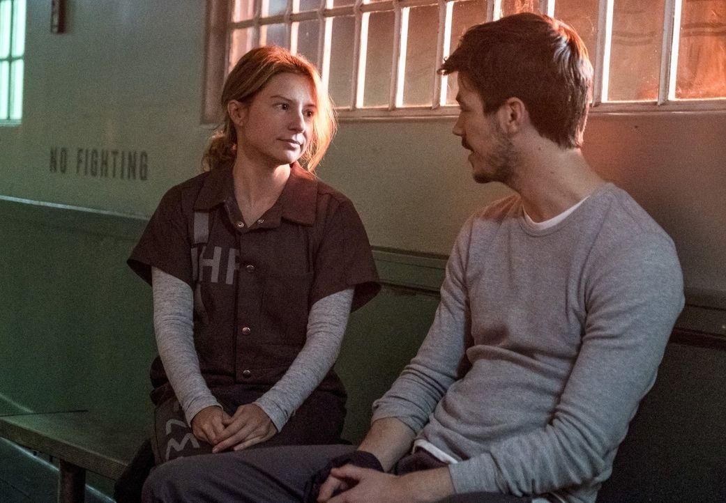 Auf ihrer Flucht aus Iron Heights ahnt Barry (Grant Gustin, r.) nicht, dass Becky (Sugar Lyn Beard, l.) schon bald in Lebensgefahr schweben wird ... - Bildquelle: 2017 Warner Bros.