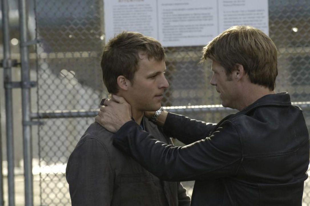 Als Jordan Collier wieder zurück ist, sieht Tom (Joel Gretsch, r.) dies als Chance, damit Kyle (Chad Faust, l.) wieder aus dem Gefängnis frei kommt... - Bildquelle: Viacom Productions Inc.