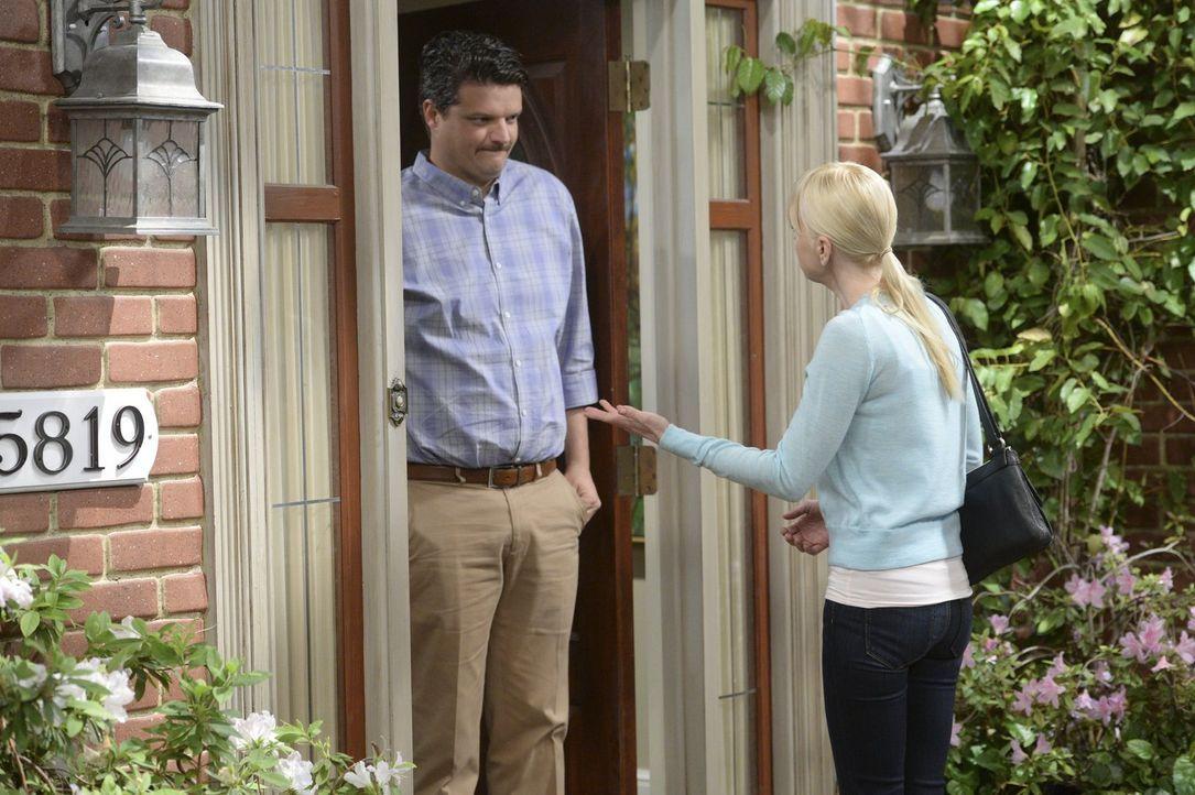 Kann Ex-Freund Gabriel (Nate Gorddry, l.) Christy (Anna Faris, r.) dabei helfen, Roscoe vom Ausziehen abzuhalten? - Bildquelle: Warner Bros. Television