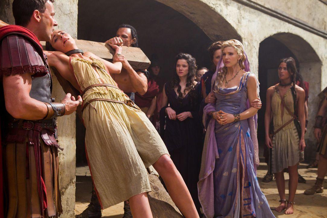 Als Glaber (Craig Parker, l.) ihre persönliche Zofe als Spartacus-Befürworterin hinrichten lässt, ahnt Ilithyia (Viva Bianca, 2.v.r.), dass jetzt... - Bildquelle: 2011 Starz Entertainment, LLC. All rights reserved.