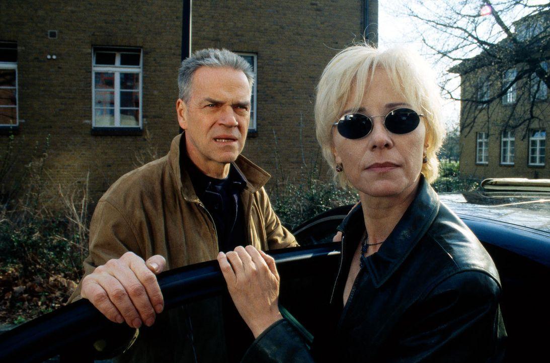 Wolff (Jürgen Heinrich, l.) und Marie Harbach (Michaela Rosen, r.) glauben, dass sie von einem Mann beobachtet werden ... - Bildquelle: Bienert Sat.1