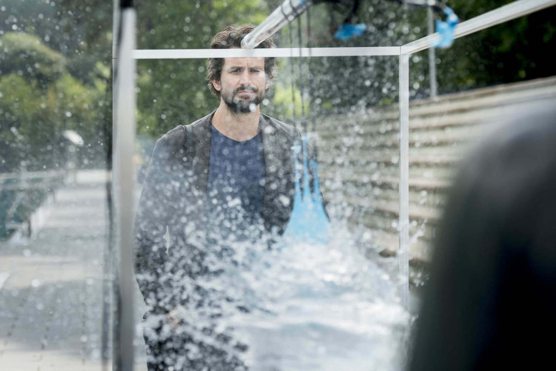"""Lässt mit einer scharfen Waffe auf sich schießen, weil Physikprofessor Felix """"Einstein"""" Winterberg (Tom Beck) weiß, dass Wasser 800-mal dicker als L... - Bildquelle: Martin Rottenkolber SAT.1"""