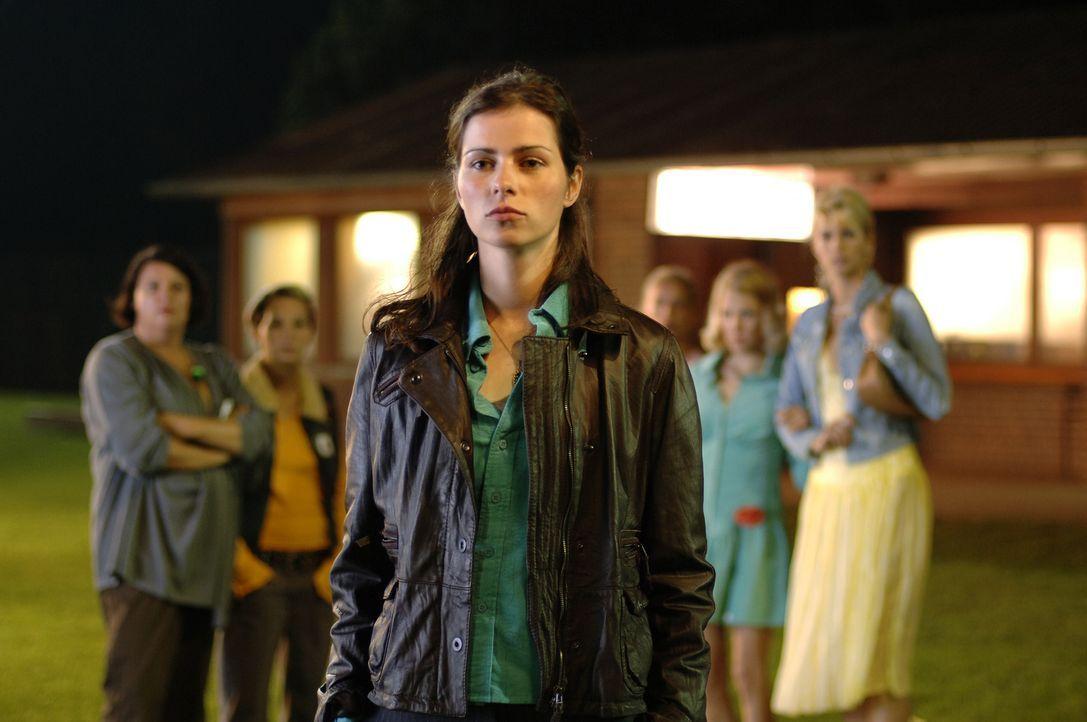 Als Anna (Nora Tschirner, M.) erkennt, dass Paul nur wegen des Fußballs zurück nach Imma wollte, vereint sie die Spielerfrauen und fordert Paul und... - Bildquelle: Wüste Filmproduktion