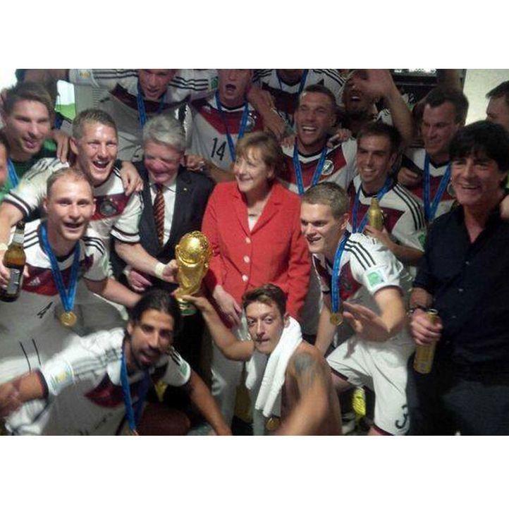 Die schönsten Selfies des WM-Sieges: Das Selfie der ganzen Mannschaft mit Merkel und Gauck - Bildquelle: Instagram