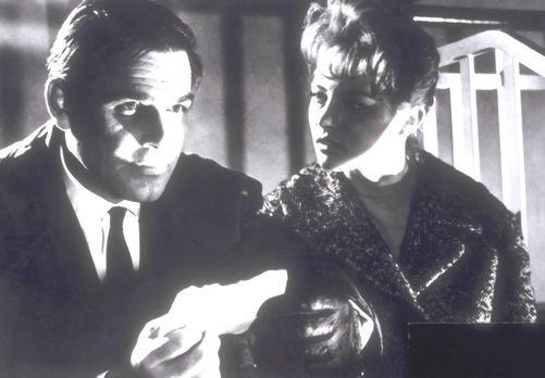 Edgar Wallace: Die toten Augen von London - Nora (Karin Baal, r.) und Inspekt...