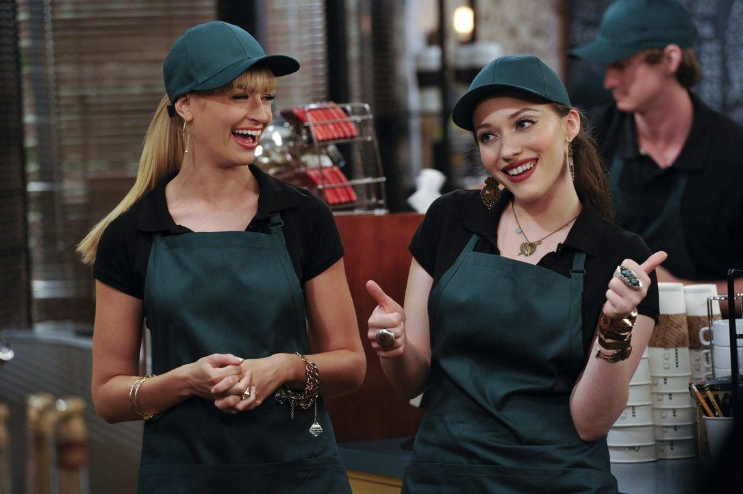 Der Umsatz ihres Fensterverkaufs soll gesteigert werden. Dazu muss eine Kaffeemaschine her, doch Caroline (Beth Behrs, l.) und Max (Kate Dennings, r... - Bildquelle: Warner Brothers