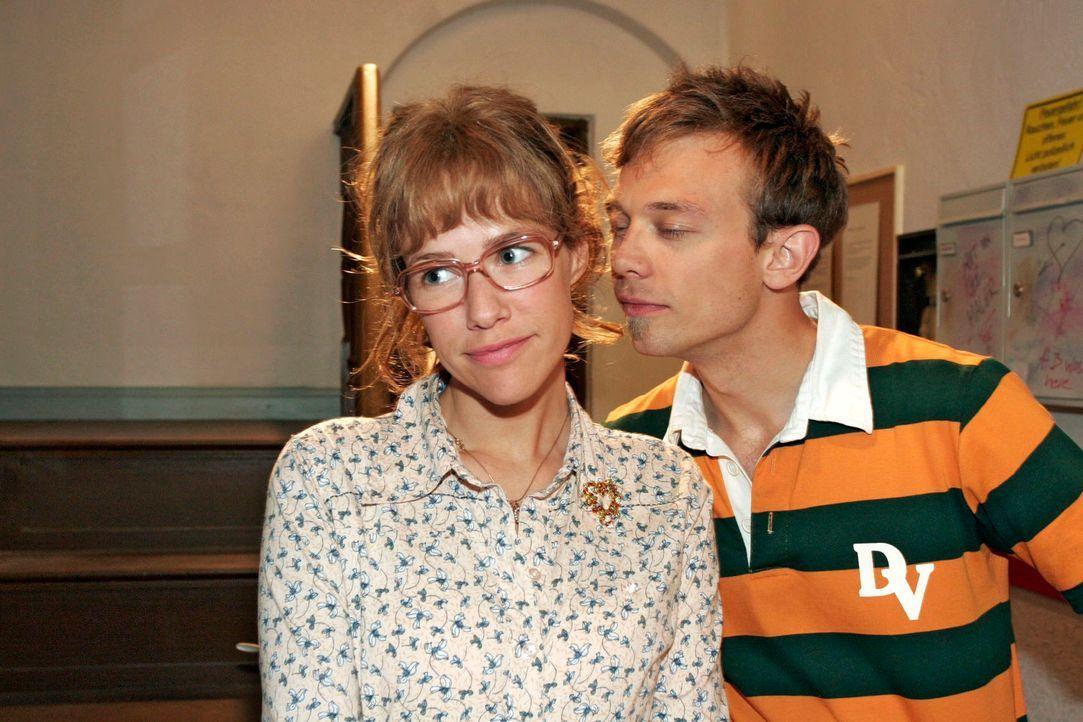 Angespornt von Davids und Mariellas Glück, will sich Lisa (Alexandra Neldel, l.) bei Jürgen (Oliver Bokern, r.) als anziehende Frau beweisen ... (... - Bildquelle: Noreen Flynn Sat.1