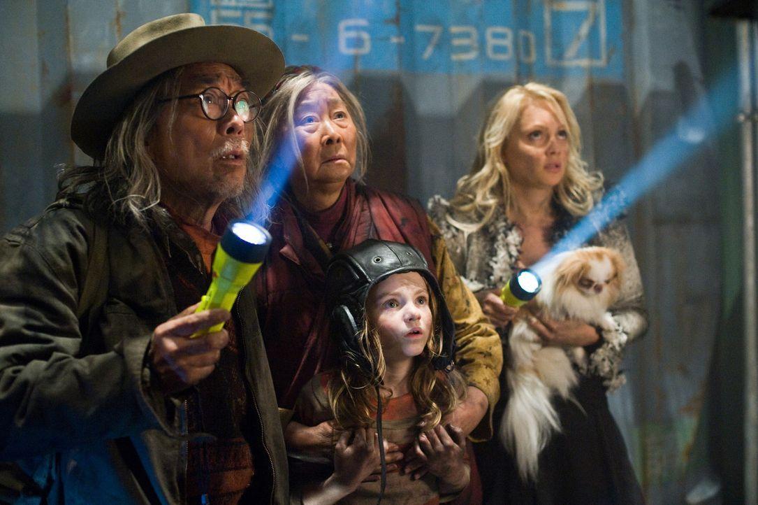 Riskieren alles, um noch einen Platz auf den lebensrettenden Archen zu ergattern: Nimas Großeltern (Chang Tseng, l., Lisa Lu, M.), Tamara (Beatrice... - Bildquelle: 2009 Columbia Pictures Industries, Inc. All Rights Reserved.