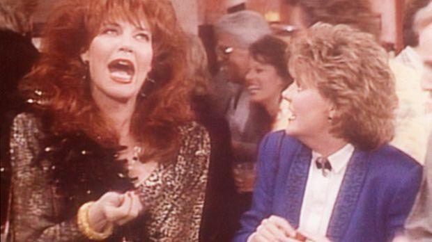 Peggy (Katey Sagal, l.) und Marcy (Amanda Bearse, r.) gönnen sich einen Urlau...