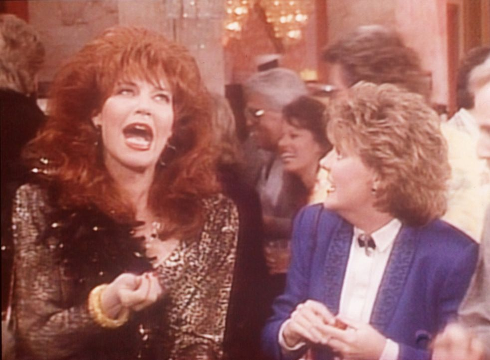 Peggy (Katey Sagal, l.) und Marcy (Amanda Bearse, r.) gönnen sich einen Urlaub in Las Vegas. - Bildquelle: Sony Pictures Television International. All Rights Reserved.