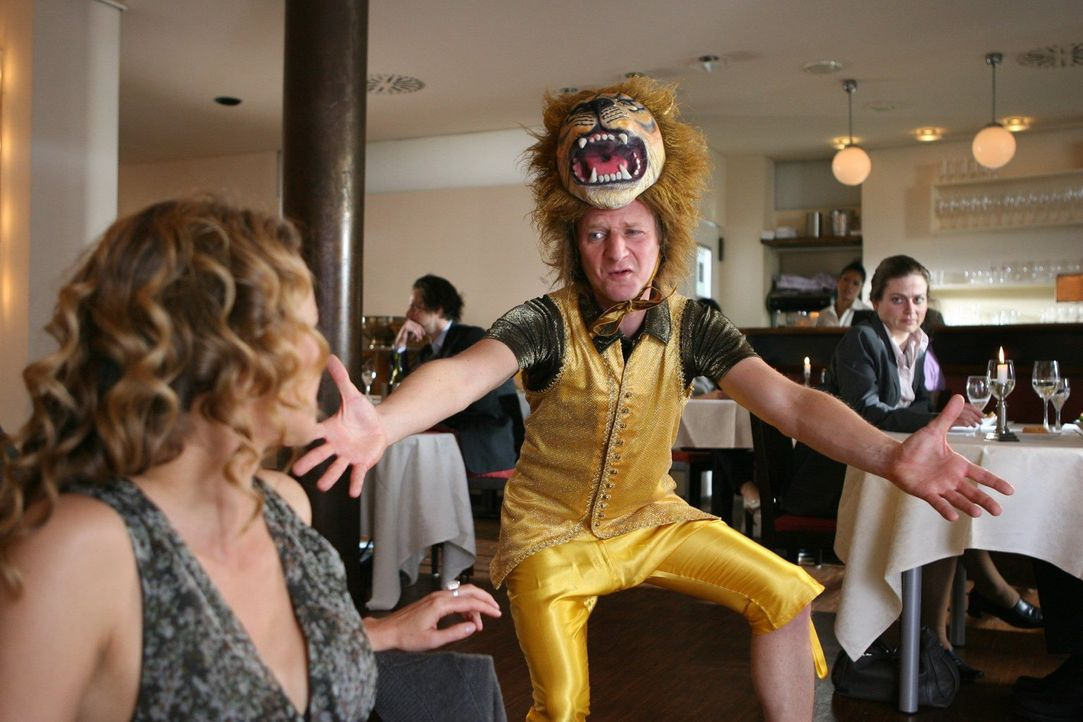 Beim ersten Date wäre es ratsam, nicht unbedingt als Löwe (Michael Kessler) die Herzdame gewinnen zu wollen ... - Bildquelle: Ralf Jürgens Sat.1