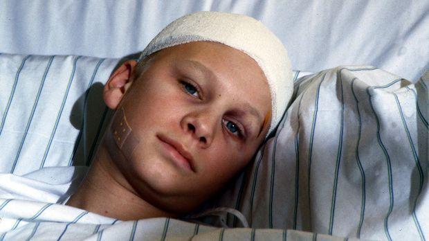 Mickey (Robert Stadlober) hofft, im Krankenhaus endlich Ruhe vor seinem gewal...
