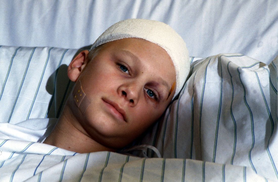 Mickey (Robert Stadlober) hofft, im Krankenhaus endlich Ruhe vor seinem gewalttätigen Vater zu finden. Nach der letzten Prügelstrafe musste der Jung... - Bildquelle: Daehn Sat.1