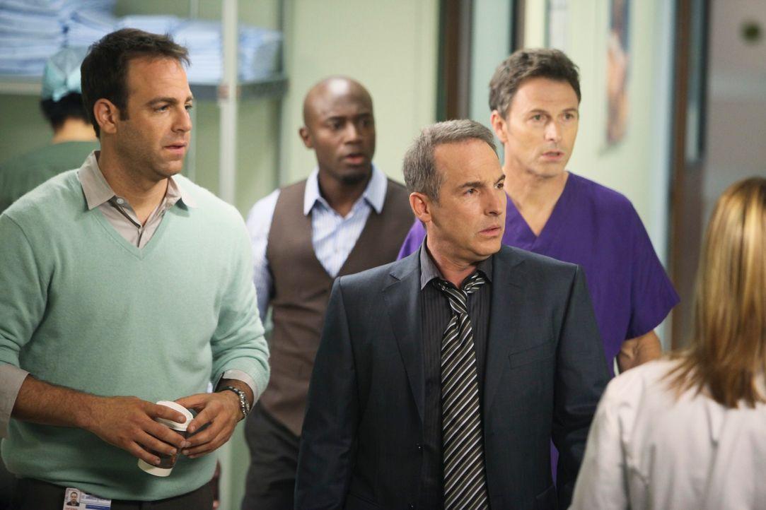 Können nicht fassen, was mit Violet geschehen ist: Cooper (Paul Adelstein, l.), Sam (Taye Diggs, 2.v.l.), Sheldon (Brian Benben, 2.v.r.) und Pete (T... - Bildquelle: ABC Studios