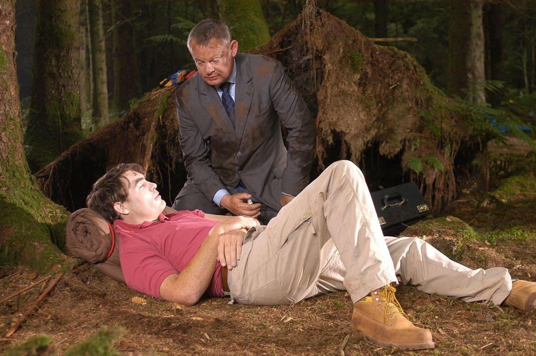 Endlich gelingt es Doc Martin (Martin Clunes, r.), den kranken Mark (Stewart Wright, l.) im Wald ausfindig zu machen. Doch an welchen Symptomen leid... - Bildquelle: BUFFALO PICTURES/ITV
