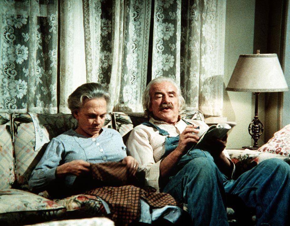 Noch sitzen Sam (Will Geer, r.) und Ester Walton (Ellen Corby, l.) ganz friedlich beisammen. Sie ahnen nicht, dass Sam am nächsten Abend wütend das... - Bildquelle: WARNER BROS. INTERNATIONAL TELEVISION