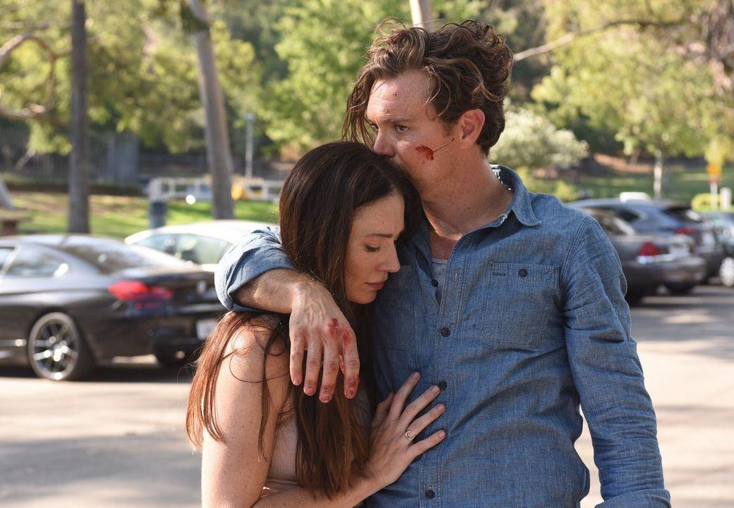 Ein Wiedersehen unter Kindheitsfreunden: Riggs (Clayne Crawford, r.) trifft auf Molly (Kristen Gutoskie, l.), doch sie ist die Freundin des Hauptver... - Bildquelle: Warner Brothers