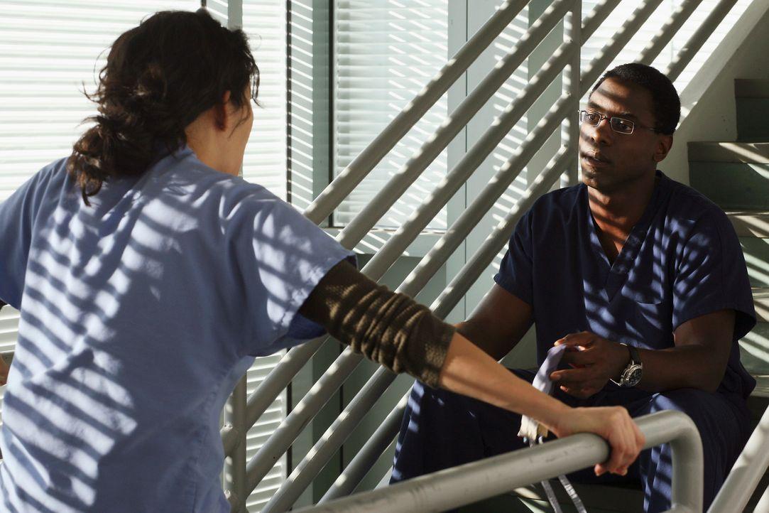 Burke (Isaiah Washington, r.) macht Cristina (Sandra Oh, l.) deutlich klar, dass er sie bei Operationen an seiner Seite nicht mehr braucht ... - Bildquelle: Touchstone Television