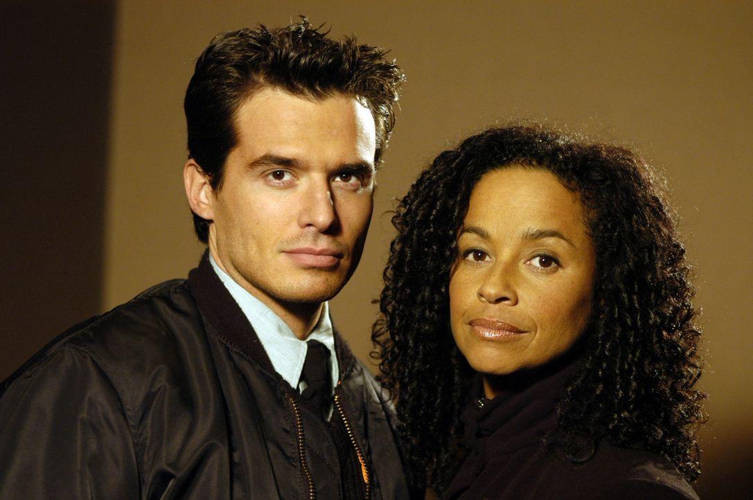 Richard Donovan (Antonio Sabato jr., l.) und Madison Kelsey (Rae Dawn Chong, r.) haben nur noch wenig Zeit, die Welt zu retten ... - Bildquelle: Black Lagoon Productions