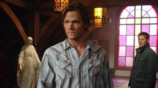 Sam (Jared Padalecki, l.) und Dean (Jensen Ackles, r.) machen sich auf die Su...