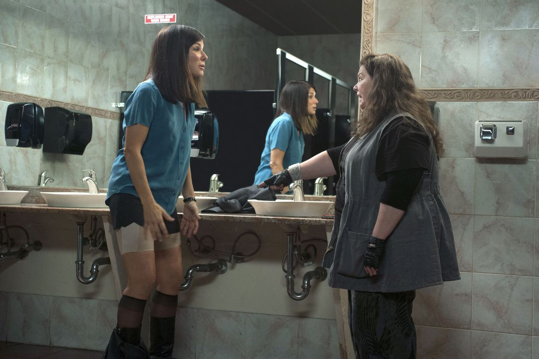Shannon (Melissa McCarthy, r.) kann es nicht glauben, was sie da zu sehen bekommt: die dünne Sarah (Sandra Bullock, l.) trägt schlankmachende, hässl... - Bildquelle: Gemma Lamana TM and   2013 Twentieth Century Fox Film Corporation.  All Rights Reserved.