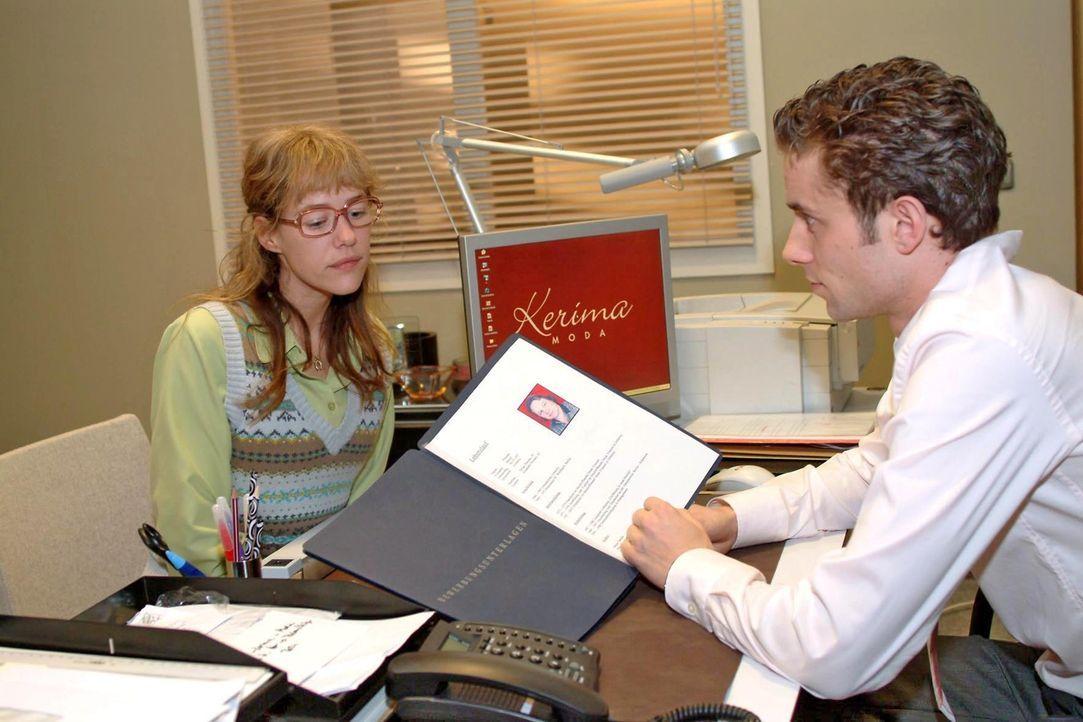 Lisa (Alexandra Neldel, l.) erfährt von Max (Alexander Sternberg, r.), dass ihr Vater Bernd weder bei Kerima Moda noch generell auf dem Arbeitsmark... - Bildquelle: Sat.1