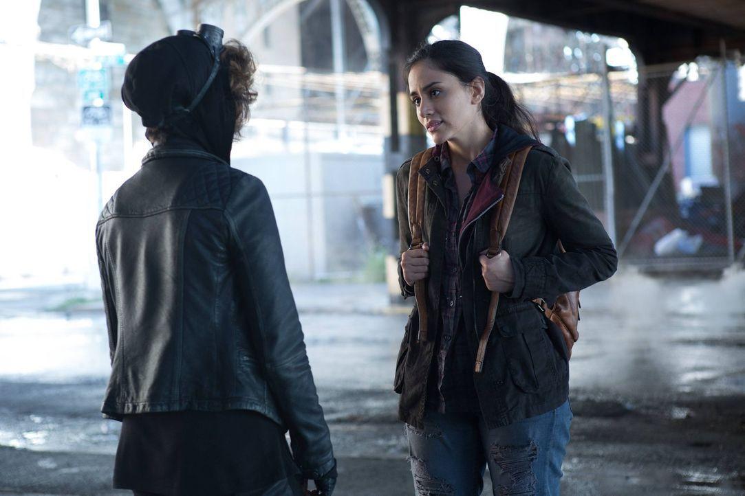 Während Selina (Camren Bicondova, l.) Bridgit (Michelle Veintimilla, r.) hilft, an Geld zu kommen, damit sie die Stadt verlassen kann, geht der Mach... - Bildquelle: Warner Brothers