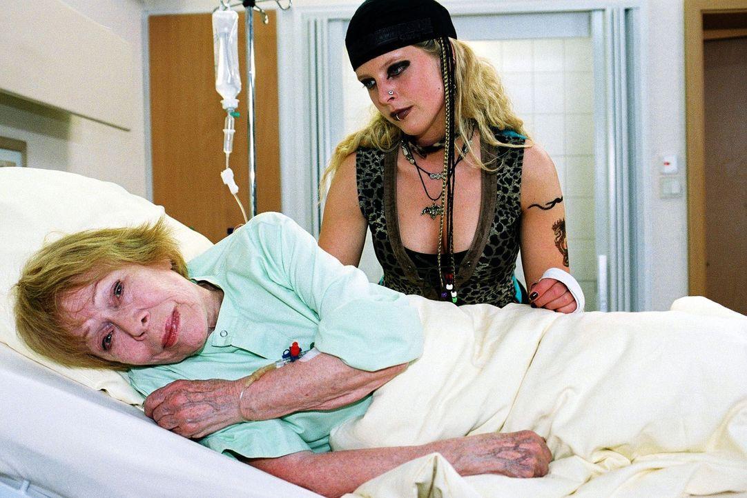 Bei dem Motorradunfall wurde Oma Frida (Gisela Trowe, l.) verletzt und musste ins Luisenkrankenhaus eingeliefert werden. Ihre Enkelin Marlous (Diana... - Bildquelle: Monika Schürle Sat.1