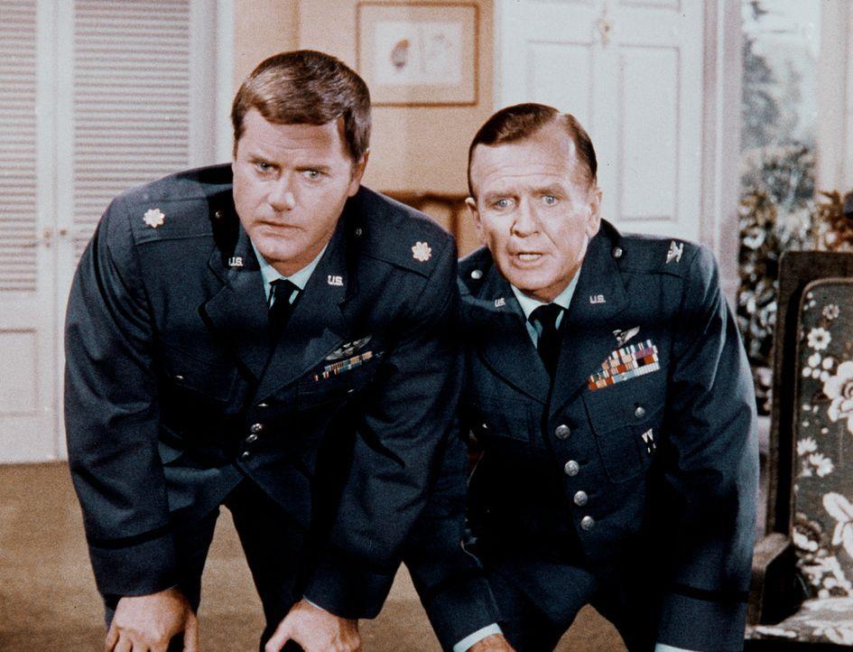 Verwundert sieht Dr. Bellows (Hayden Rorke, r.) zu, wie Tony (Larry Hagman, l.) den Computer füttert ... - Bildquelle: Columbia Pictures
