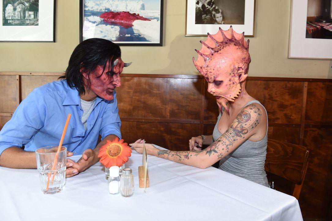 Kann Nastassja (r.) ihren Date-Partner Christian (l.) von sich überzeugen, obwohl sich die beiden als Teufel und Fisch gegenübersitzen? - Bildquelle: Andre Kowalski sixx