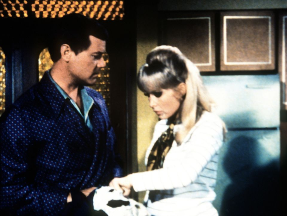 Jeannie (Barbara Eden, r.) ahnt, wer Tonys (Larry Hagman, l.) Uniform angefressen hat. - Bildquelle: Columbia Pictures