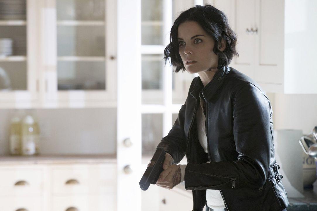 Während Jane (Jaimie Alexander) russische Spione jagt, ahnt sie nicht, dass CIA-Vizedirektor Carter Böses plant, um sie in seine Gewalt zu bringen .... - Bildquelle: Warner Brothers