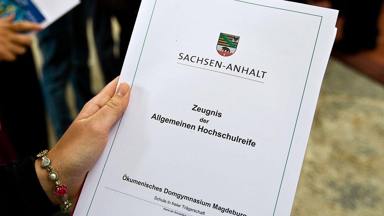 Abitur-Abizeugnis-11-07-02-dpa - Bildquelle: dpa