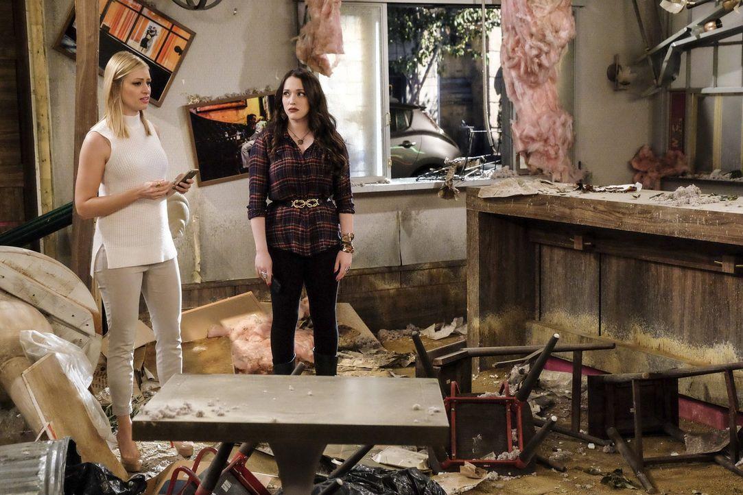 Ein Hurrikane hält keine guten Überraschungen für Caroline (Beth Behrs, l.) und Max (Kat Dennings, r.) bereit ... - Bildquelle: Warner Bros. Television