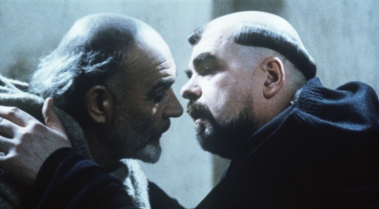William von Baskerville (Sean Connery, l.) wird vom Abt (Michael Lonsdale, r.) gebeten, den mysteriösen Tod eines jungen Mönchs zu untersuchen, de... - Bildquelle: Constantin Film