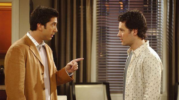 Unglücklicherweise teilt Ross (David Schwimmer, l.) Mike (Paul Rudd, r.) mit,...