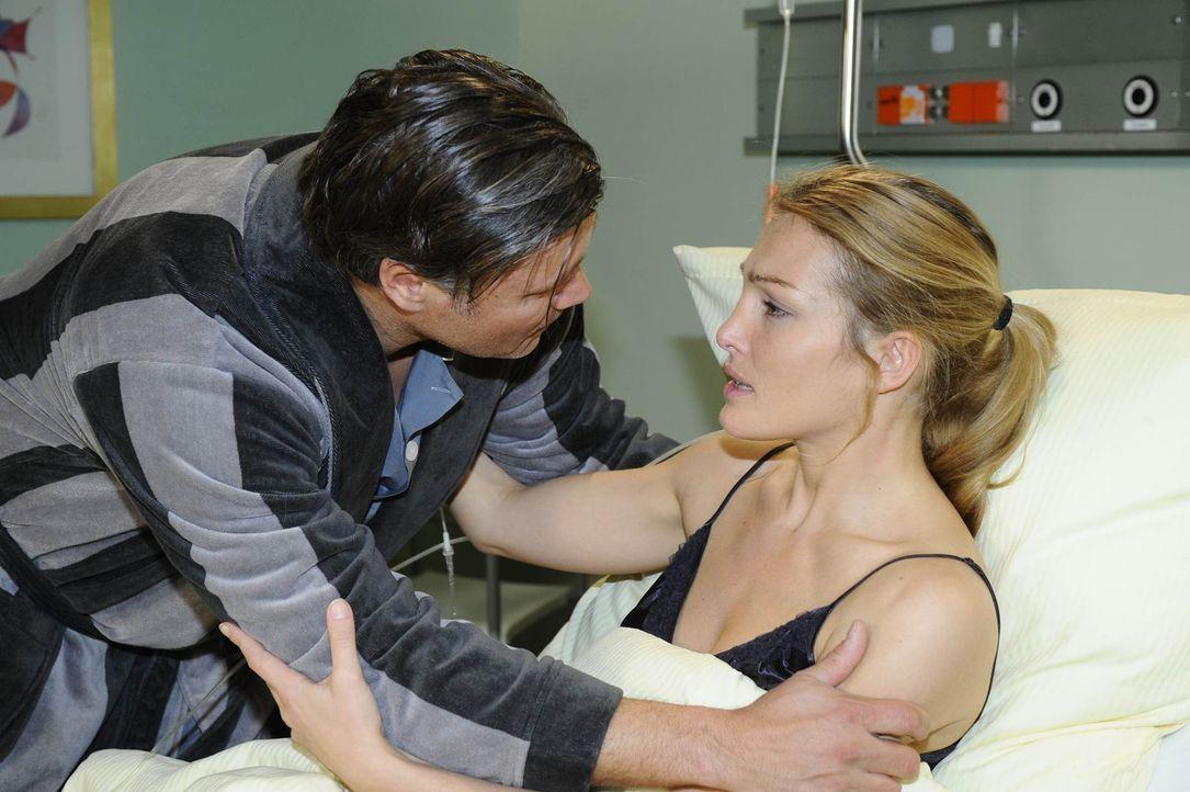 Annett (Tanja Wenzel, r.) erklärt Richard (Robert Jarczyk, l.), dass sie die Niere gespendet hat ... - Bildquelle: SAT.1
