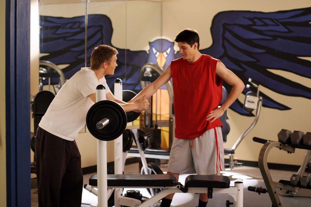 Nathan (James Lafferty, r.) und Lucas (Chad Michael Murray, l.) kommen sich immer näher und trainieren sogar miteinander ... - Bildquelle: Warner Bros. Pictures